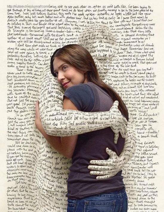 Une silouhette de mots enlace une jeune femme
